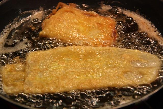 Friendo pencas de acelgas rellenas de jamón y queso