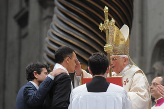 Un momento del battesimo di Magdi Cristiano Allam