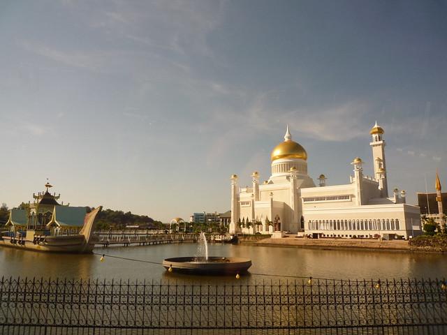 Sultan Omar Ali Saifuddin Mosque, Brunei by CC user e_chaya on Flickr