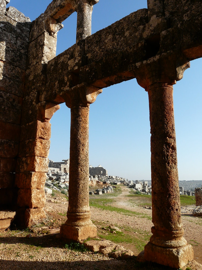 Las aldeas antiguas del norte de Siria. Las columnas de la sala de reuniones de Serjilla.