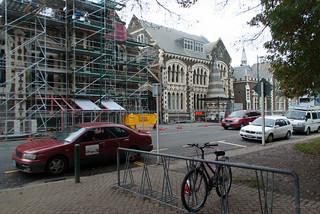 Christchurch Arts Centre 在 基督城 附近 的形象. road street trees newzealand christchurch sky cars bike architecture buildings repair nz artcentre bikestand earthquakedamage