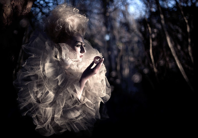 Kirsty Mitchell - Wonderland : Moondial