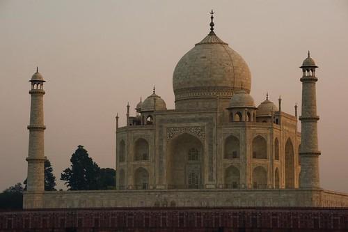 Taj Mahal depuis la riviere Yamuna. Sunset from Yamuna river
