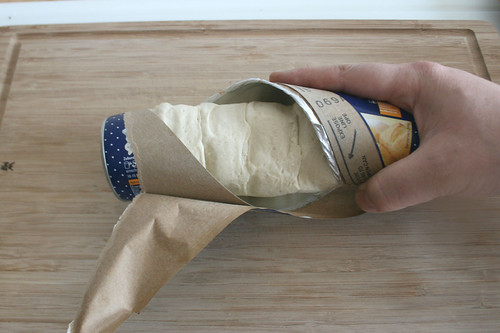 22 - Teig aus Packung entnehmen / Take dough from package