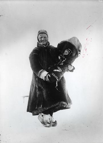 """Samekone med sitt barn i """"komse"""" by Preus museum"""