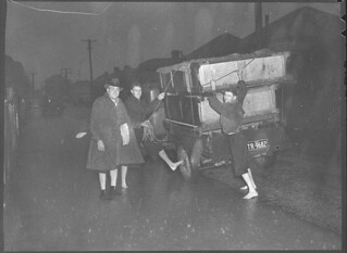 Mr G Eastcott and family of Louth Park, East Maitland, removing their belongings, August 1952