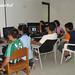 Estudiantes en Colombia trabajando con aplicaciones multimedia en las estaciones Userful Multiseat basadas en Linux.