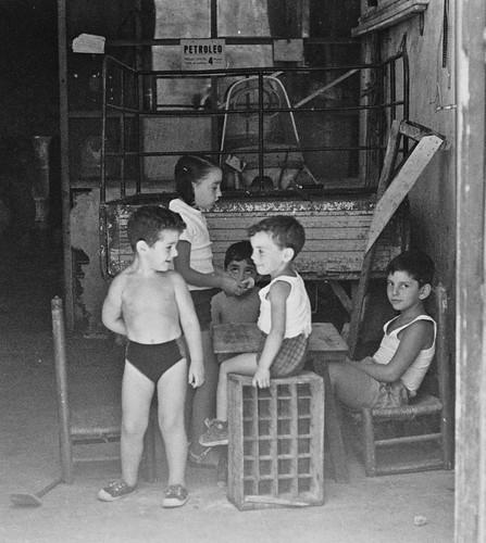 Niños juegan en un taller de Toledo en 1967. Fotografía de John Fyfe