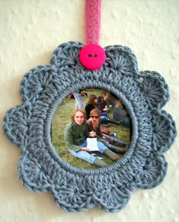 a wee crocheted picture frame