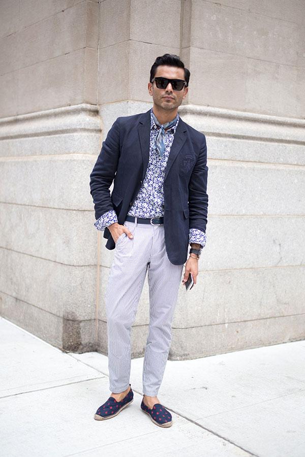 紺テーラードジャケット×柄シャツ×ストライプ白パンツ×紺ドットエスパドリーユ