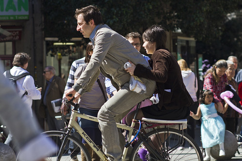 Compartiendo la bici en el centro de Madrid