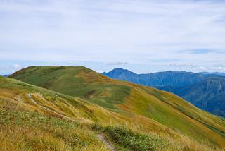 木道を進み牛ヶ岳を目指す・・・中ノ岳と荒沢岳が良く見えます