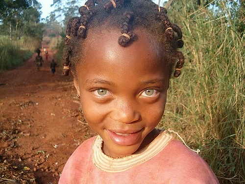 africa travel sunset girl smile eyes child camino niña ojos sonrisa cameroon ragazza camerun damevida
