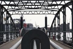 Brücke zwischen der Fischauktionshalle und dem Anleger Altona Fischmarkt