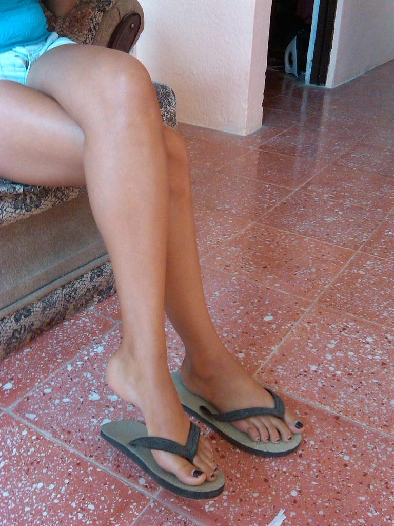 Cross Legs With Flip Flops Mi Chica Usando Unas Chanclas T Flickr