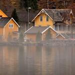 Gule hus, stille vann og tåke på Grodås