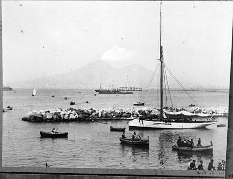 Le port de Naples, avec le Vésuve en arrière-plan