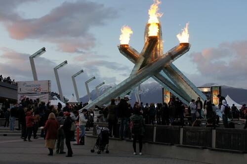 Vancouver 125. Geburtstagsfeier mit BC Premier Christy Clark, Bürgermeister Gregor Robertson & First Nations Relit 2010 Olympic Cauldron bei Jack Poole Plaza am 6. April 2011