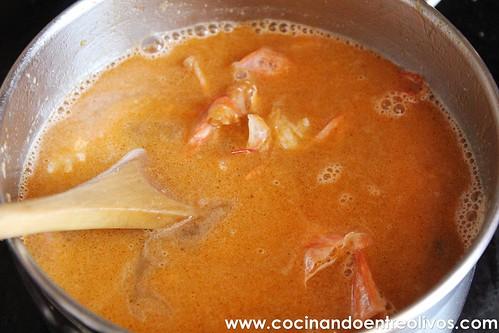 Lasaña negra de gambones y patata sobre salmorejo de piquillos www.cocinandoentreolivos (10)