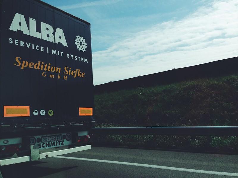 Camión Alba Berlín por la carretera entrando en Alemania