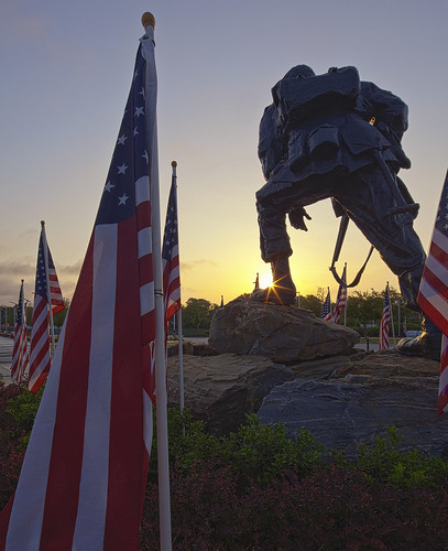 usa monument statue sunrise soldier nc flag northcarolina americanflag sunburst memorialday fayetteville starsstripes ironmike fayobserver canontse17mmf4l airbornespecialopsmuseum thhphotography