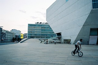 Obrázek Casa da Música. motion film portugal bike analog bmx kodak iso400 28mm skating olympus porto biker openspace expired portra olympusom2 zuiko om2 casadamúsica 400vc om2sp mpires piresdarosa miguelpiresdarosa