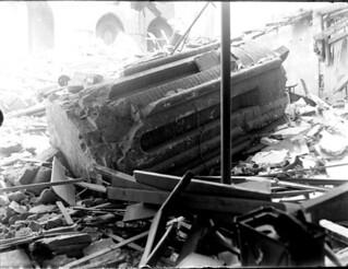 Clocher de l'église Notre-Dame de La Dalbade effondré au milieu des gravats des maisons avoisinantes, Toulouse, avril 1926