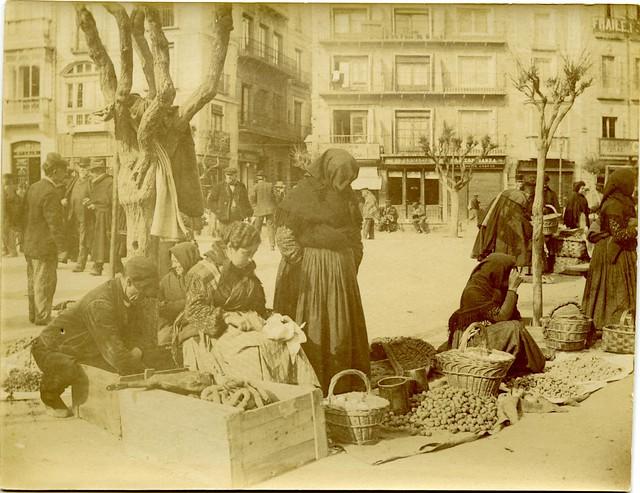 Mercado del Martes en Zocodover a principios del siglo XX. Fotografía de D. Pedro Román Martínez. Diputación de Toledo, Centro de Estudios Juan de Mariana