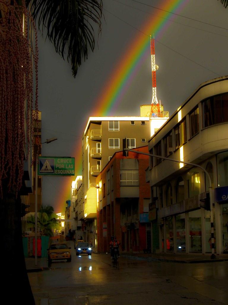 Imagen de un arco iriso en el Centro de la ciudad de Armenia
