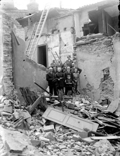 Personnes posant dans les décombres de leur maison suite à l'effondrement du clocher de l'église de Notre-Dame de La Dalbade, Toulouse, avril 1926