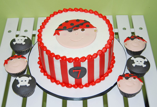 pirate cake for a  boy's 7th birthday and coordinating cupcakes
