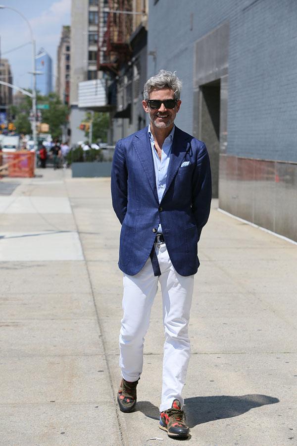 ネイビーテーラードジャケット×ライトブルーシャツ×白パンツ×Valentino Rockrunner