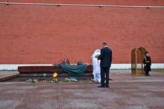 Dépose d'un bouquet par des mariés sur la Tombe du Soldat inconnu