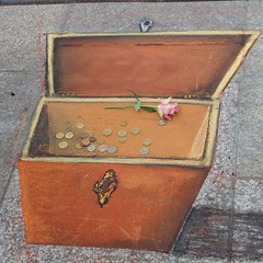 baggage(0.0), trunk(0.0), antique(0.0), furniture(1.0), wood(1.0), chest(1.0), box(1.0),