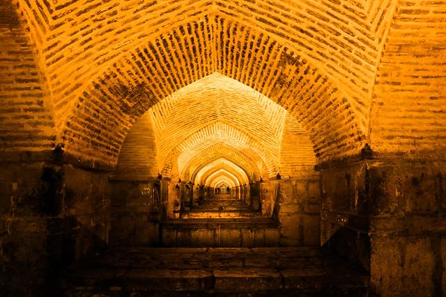 Arches of Khaju bridge at night, Isfahan イスファハン、ハージュー橋の連続アーチ