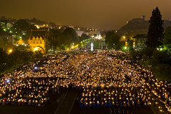 Der Platz füllt sich mit Lichtern