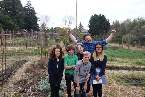 英國名廚奧利佛來到美國取經,與「可食用校園計畫」(Eatable Schoolyard Project)的師生交流廚房花園計畫的經驗。(圖片來源:Berkeley United School District)