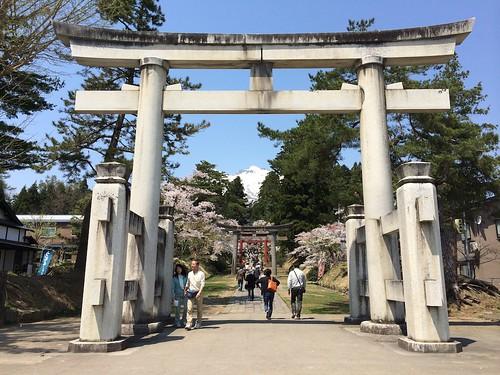 岩木山神社の鳥居から望む岩木山