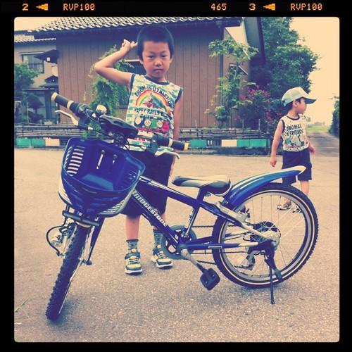 自転車に嬉しい長男とスネてる次男