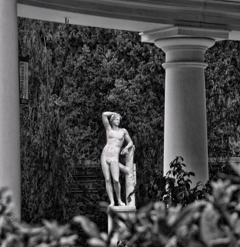 Una estaua en un jardí by El Cantinal