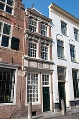 <p>Nieuwegracht 37, voormalig woonhuis van de familie van Weede van Dijkveld. Op de gevel is het familiewapen te zien. Foto: Anna van Kooij.</p>