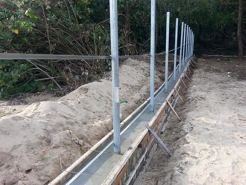 為了圍籬,必須先灌漿。(圖片來源:海洋公民基金會)