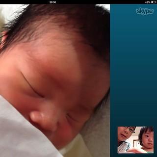 夕食後に入院中のママ&次男とSkype。最近は病室もWi-Fi完備でiPadの貸出サービスも。 生後3日目の彼はずっと寝てました。
