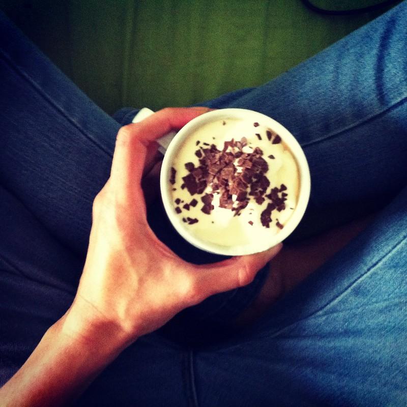 Kaffee mit Schlagobers und Schokostreuse