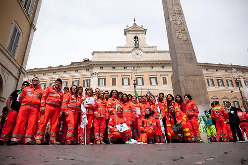 Fermi tutti: volontari e ambulanze a Montecitorio