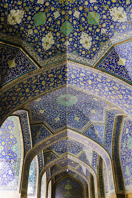 Arched corridor in Imam mosque, Isfahan, Iran イスファハン、王のモスク 連続アーチの回廊