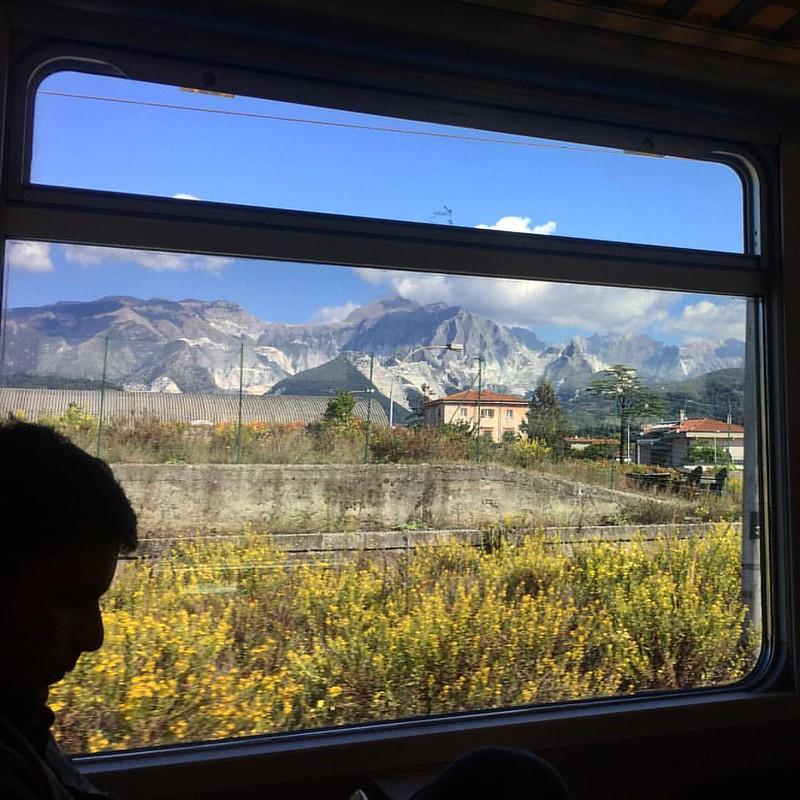 火车路过的山线