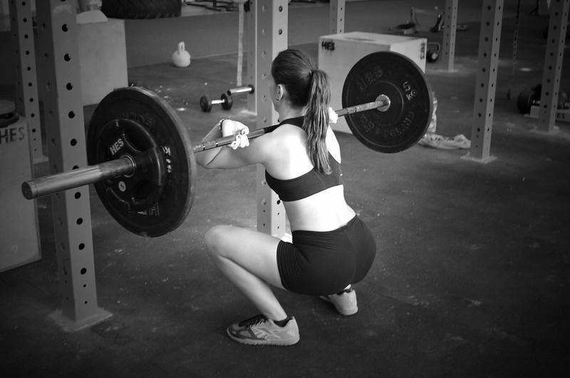 foto de Alba front squats en CrossFit Wroclaw