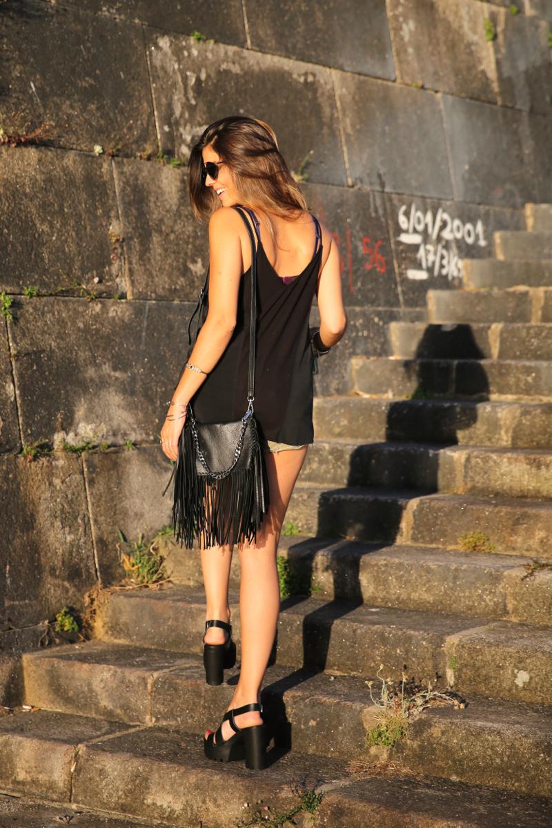 trendy_taste-look-outfit-street_style-ootd-blog-blogger-fashion_spain-moda_españa-salsa_jeans-dior_gafas-bolso_flecos-fringes_bag-khaki_shorts-shorts_caqui-grey_tee-camiseta_gris-verano-porto-portugal-21