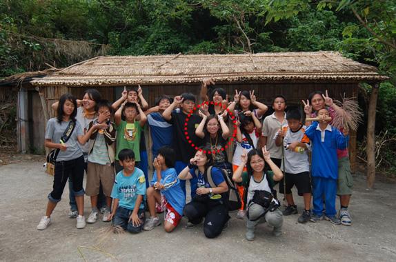 在台東成功的園區裡,帶著孩子們一起在山裡玩樂與學習。